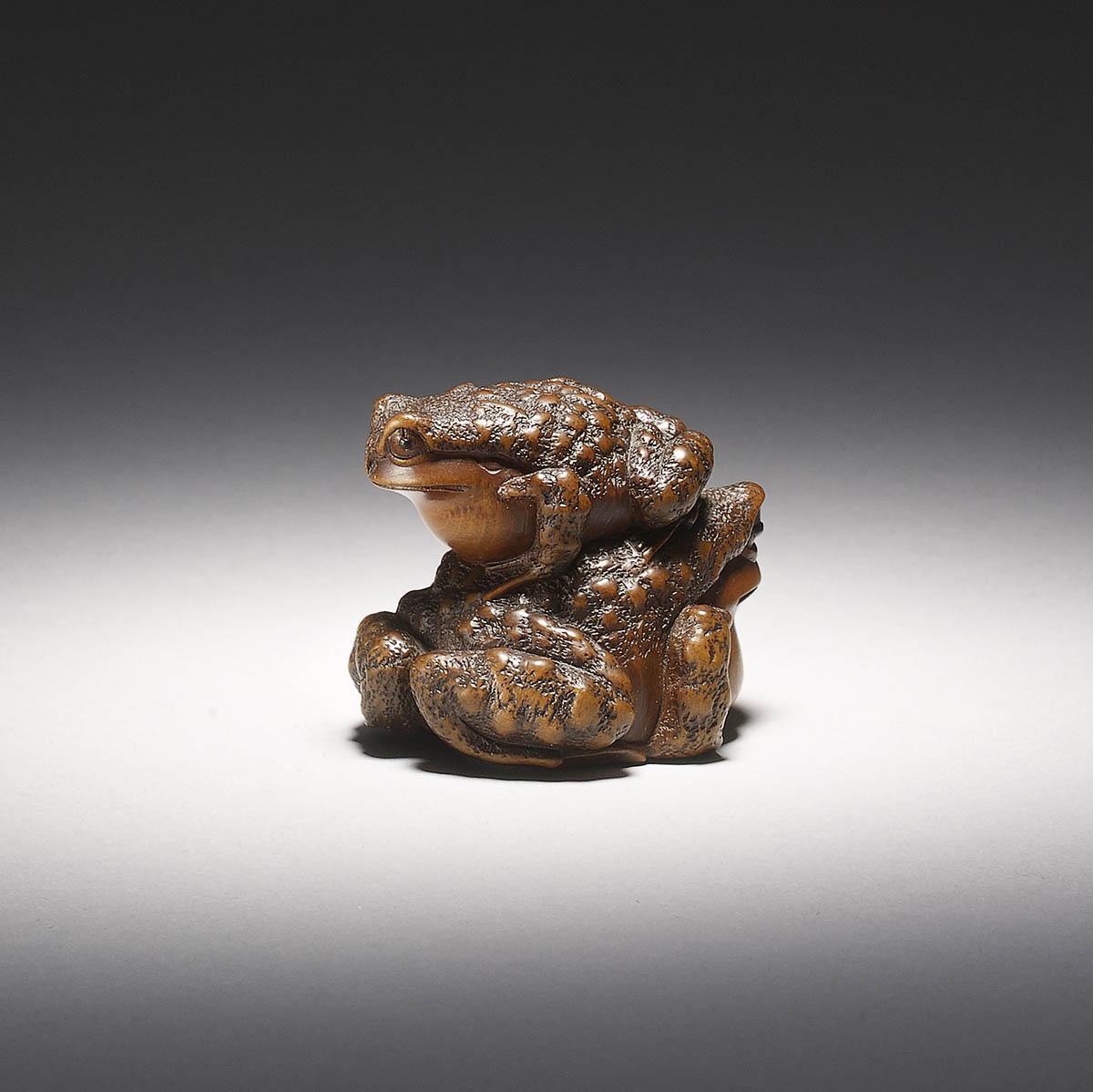 Wood Netsuke of Frogs by Masanao of Yamada back view