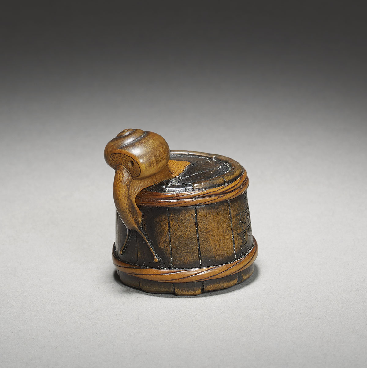 Gyokuryusai Tomoshige, wood netsuke of a snail on a bucket