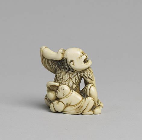 Ivory netsuke of a crouching sennin MR116_v1