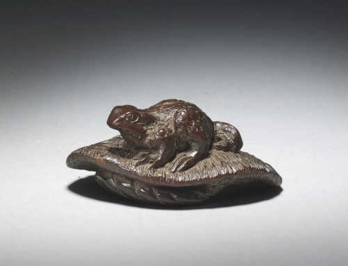Wood netsuke of a toad on sandal