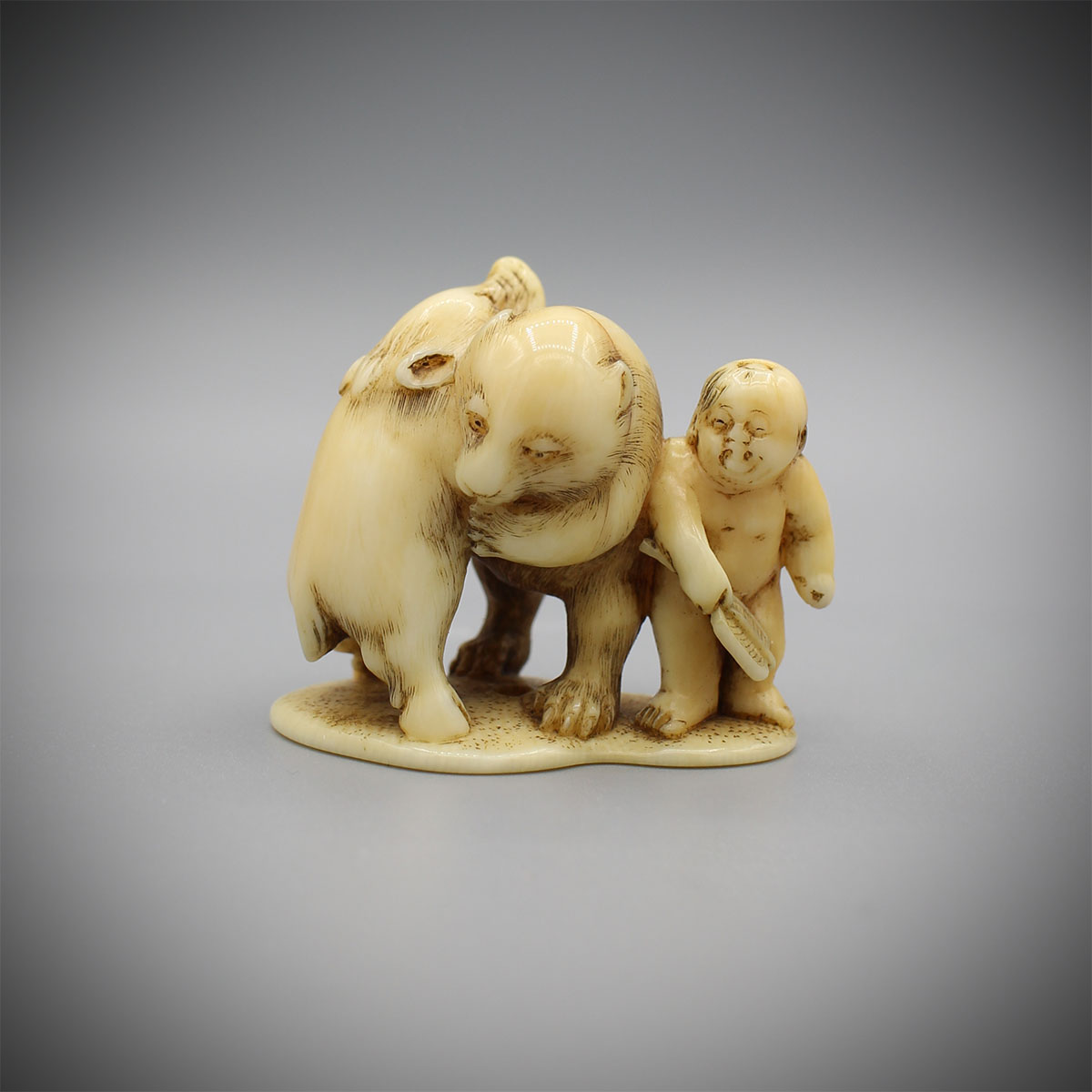 Ivory netsuke of Momotaro with a bear fighting a wild boar, Gyokutei, MR3016_v1