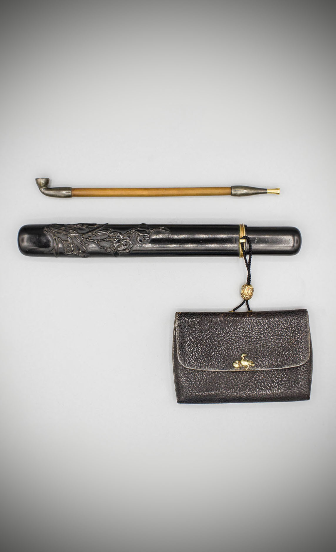 An-elegant-ebony-pipe-case-with-leather-pouch-MR3672_v1-2