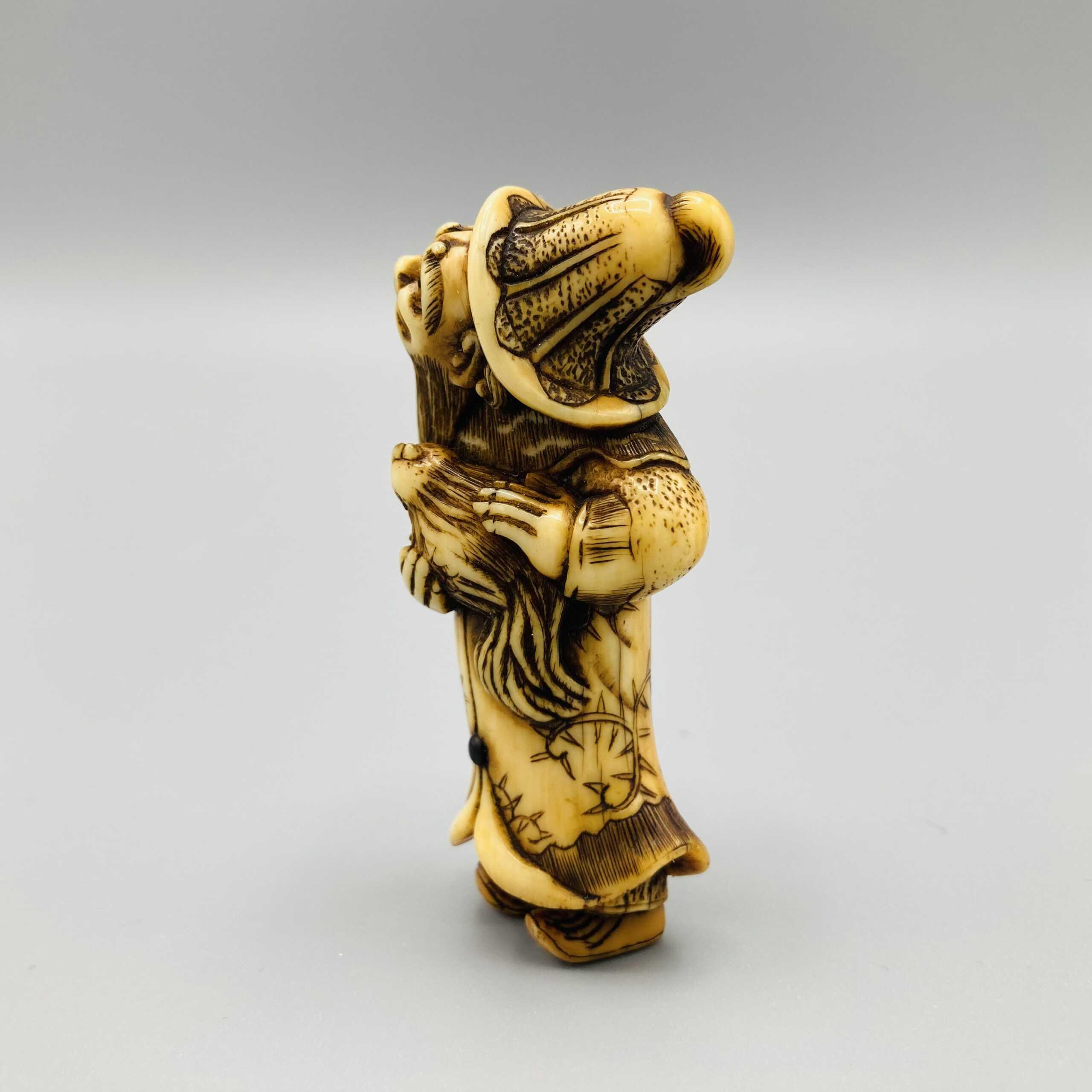 Niraku ivory netsuke of a Dutchman 2